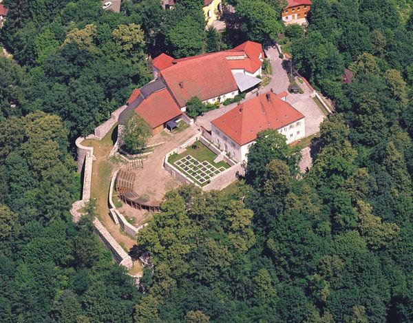 Luftansicht von Burg Mitterfels in der Urlaubsregion St. Englmar