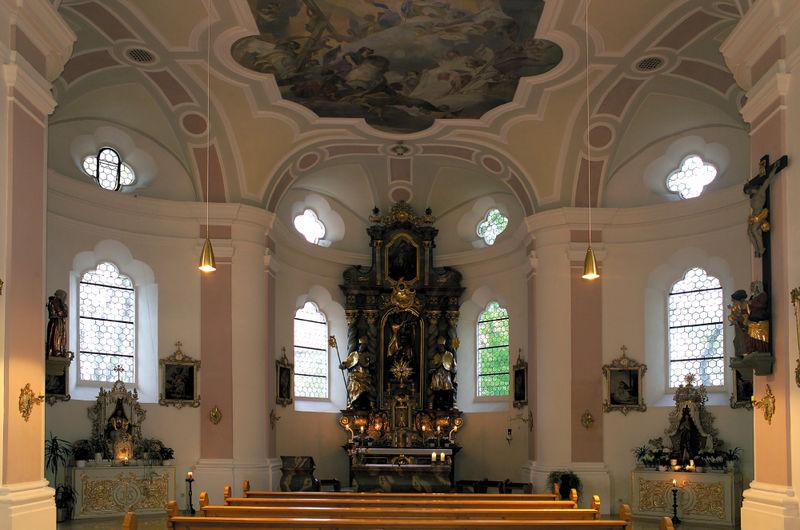 Innenraum der Sankt-Georgs-Kirche in Mitterfels im Bayerischen Wald