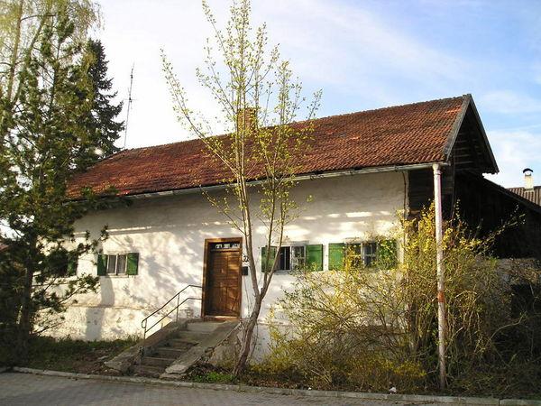 Blick auf das historisches Kleinbauernhaus Hien-Sölde in Mitterfels