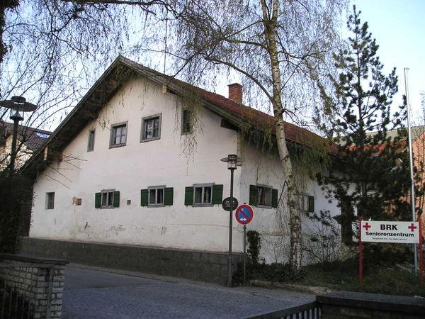 Das Seniorenzentrum grenzt an das historische Kleinbauernhaus Hien-Sölde in Mitterfels