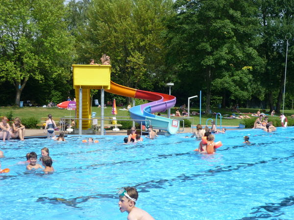 Badespaß an der Kinderwasserrutsche im Panoramafreibad Mitterfels