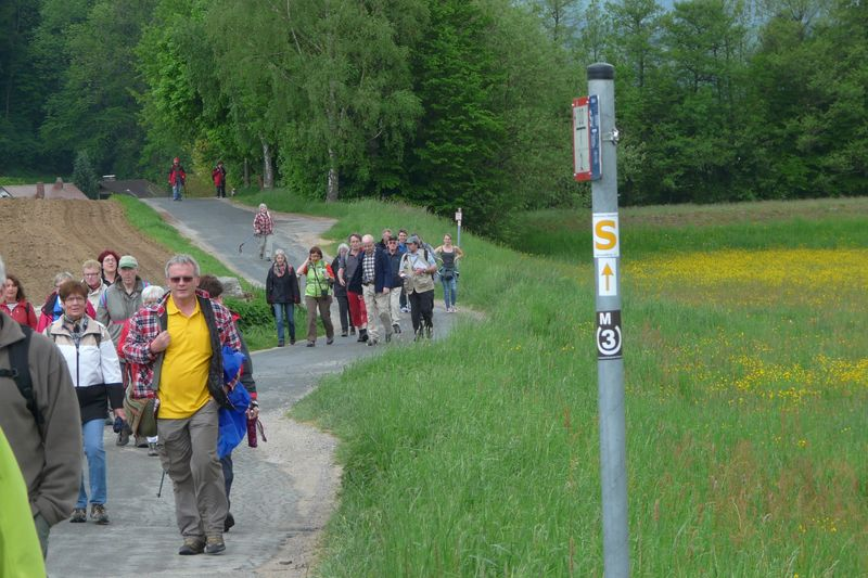 Wanderer bei der Einweihung des Solardraisinen-Wanderwegs