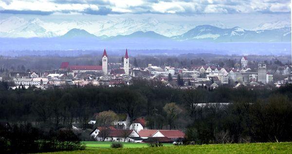 Panoramabild von Moosburg, im Hintergrund die Alpen