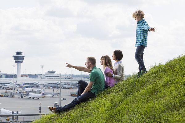 Familie auf dem Aussichtshügel am Münchener Flughafen