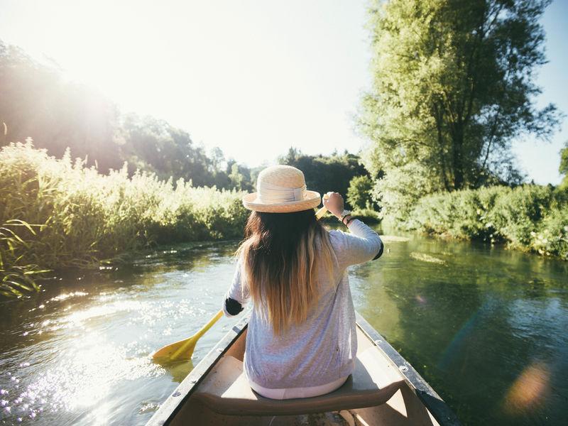 Frau im Boot auf der Lauter