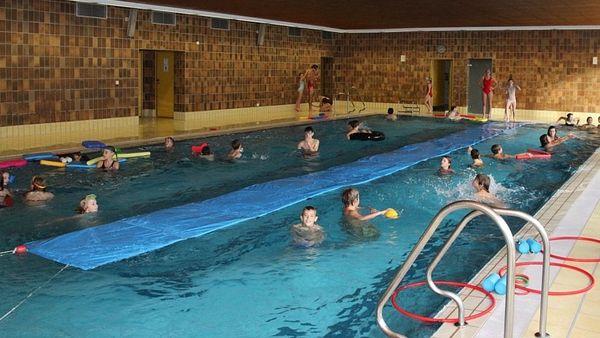 Innenraum mit Schwimmbecken im Hallenbad Nandlstadt