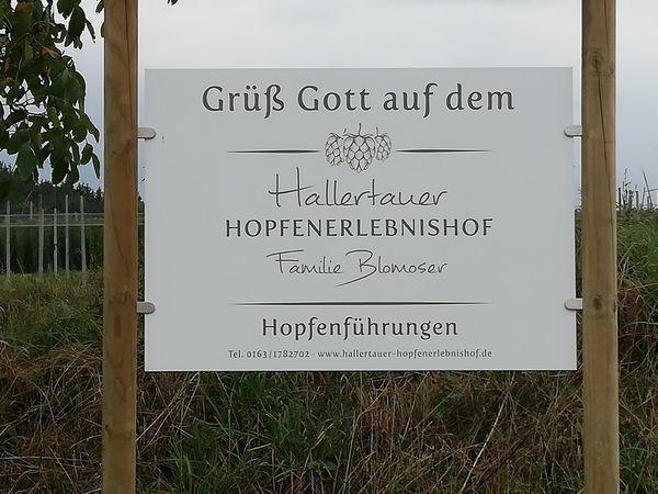 Begrüßungsschild Hallertauer Hopfenerlebnishof Blomoser