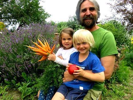 Frische selbstgepflückte Karotten vom Naturgarten Schönegge