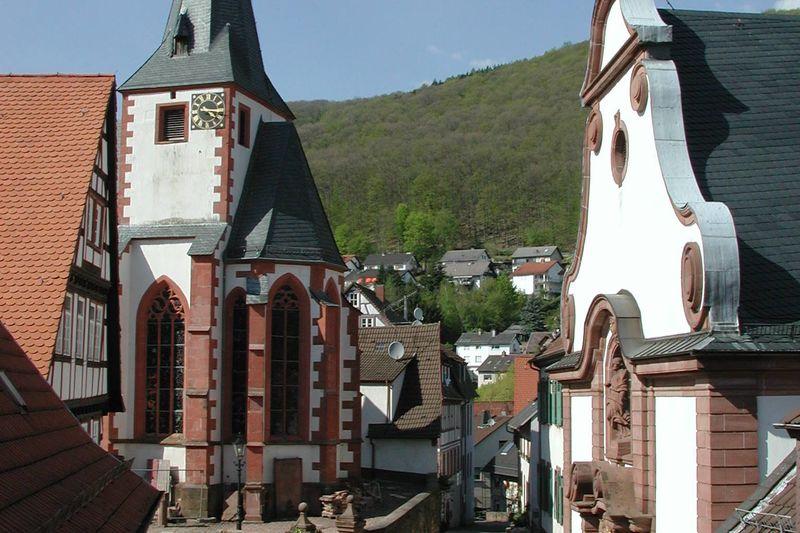 Evangelische Kirche (links im Bild)