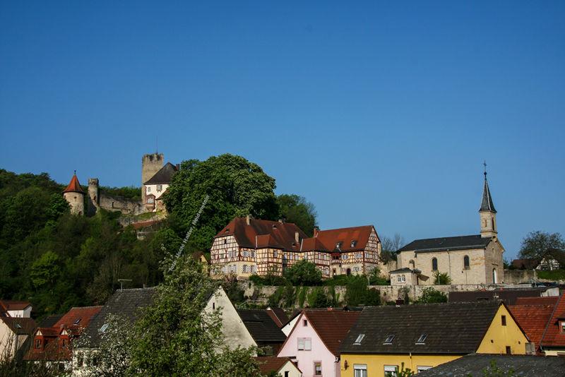 die Kiche liegt nahe der Burg