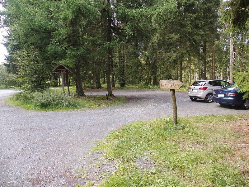 Unweit der Ederquelle befindet sich der gleichnamige Parkplatz.