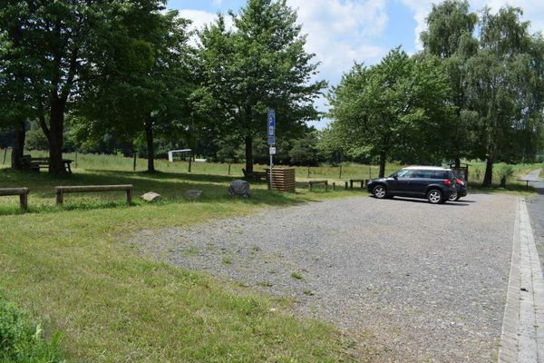 Parkplatz mit Einstieg in den Dilldappenweg.