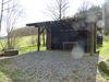 Unterstand bietet diese Hütte am Wanderparkplatz.
