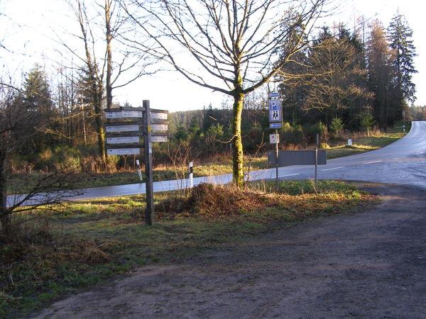 Direkt an der Eisenstraße liegt der Wanderparkplatz.