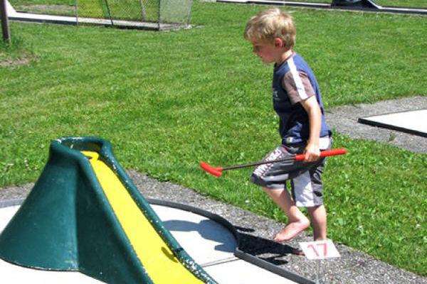 Kind beim Minigolf am Neubeurer See.