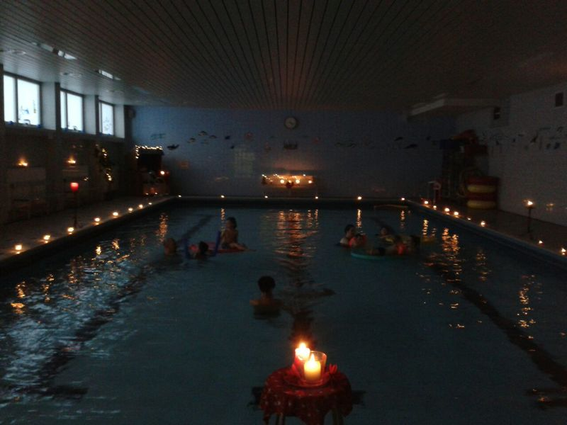 Candle Light Schwimmen im Hallenbad