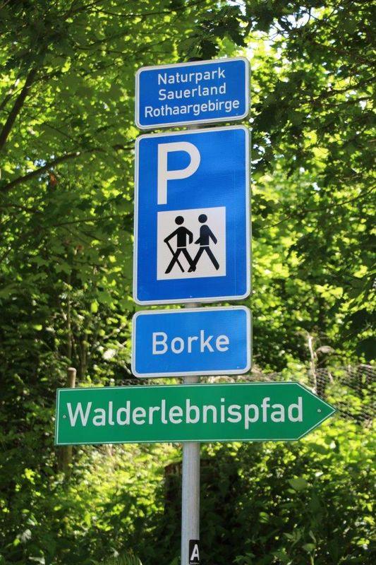 Verkehrszeichen zum Wanderparkplatz Borke