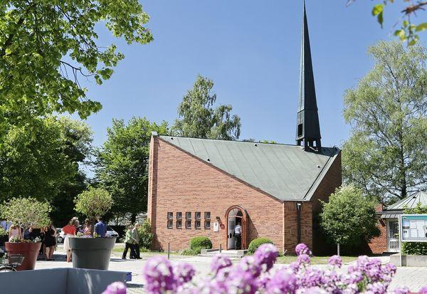 zeltähnliche Außenansicht der Evang. Auferstehungskirche in Neufahrn