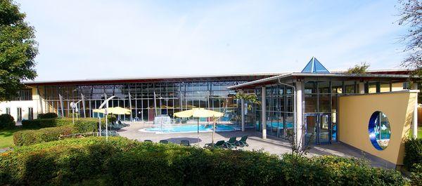 Liegewiese und Außenbecken im Freizeit-und Erlebnisbad neufun in Neufahrn