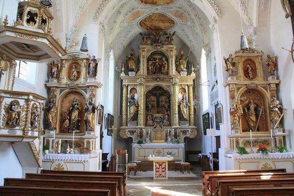 Altarraum der Wallfahrtskirche St. Wilgefortis in Neufahrn