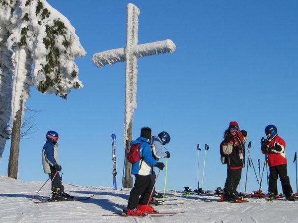 Alpin-Skifahrer beim Gipfelkreuz im Freizeit-Erlebniszentrum am Hohenbogen