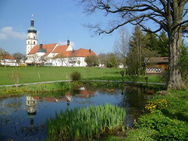 Grenzüberschreitendes Wallfahrtszentrum: Franziskaner Koster Neukirchen b.Hl.Blut