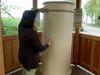 Der Klangmühle Töne entlocken am Klangweg in Neukirchen b. Hl. Blut