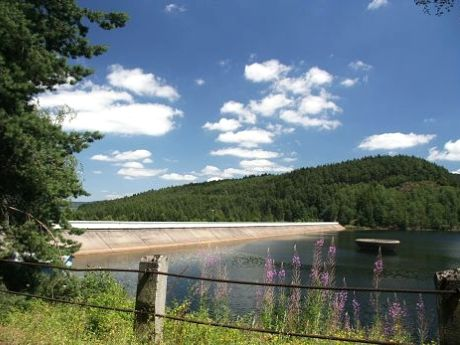 Blick auf den Damm der Trinkwassertalsperre Nýrsko im Böhmerwald