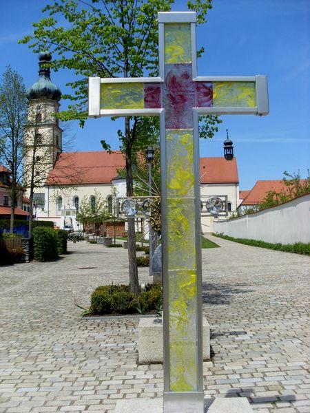 Glaskreuz vor der Wallfahrtskirche in Neukirchen b. Hl. Blut