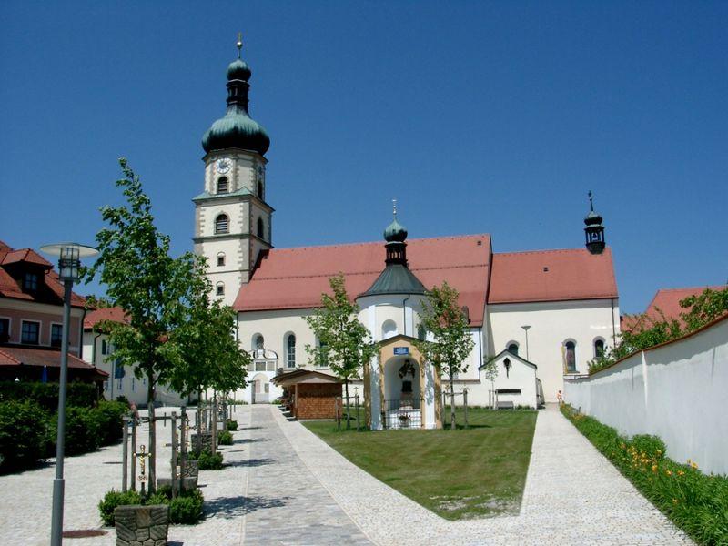 Blick auf die Wallfahrtskirche in Neukirchen b. Hl. Blut im Naturpark Oberer Bayerischer Wald