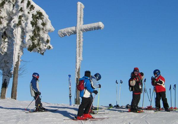 Skibetrieb am Gipfel im Wintersportzentrum am Hohenbogen