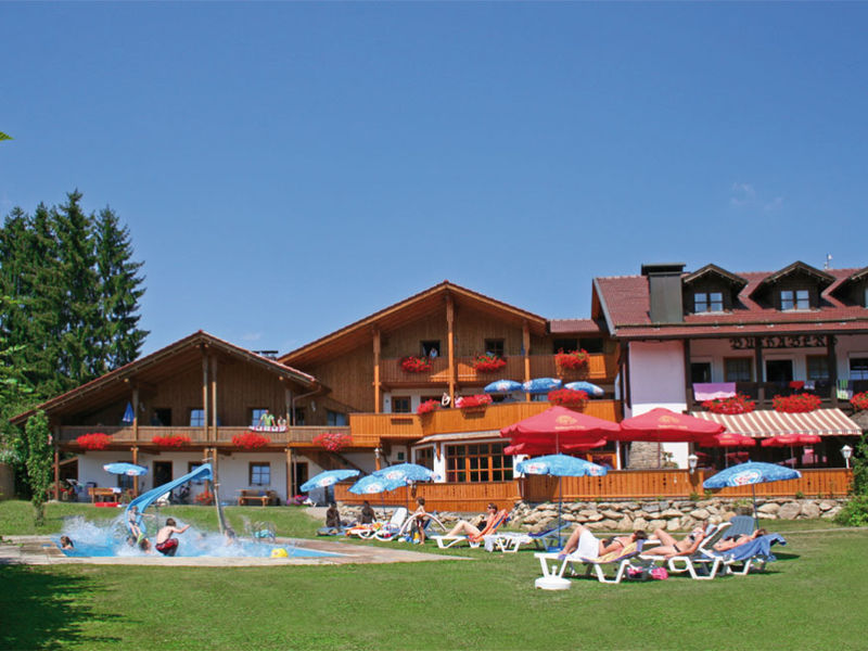 Blick auf das Hotel Reiterhof Schober in Neukirchen im Bayerischen Wald