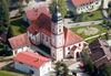 Die Pfarrkirche St. Martin in Neukirchen aus der Vogelperspektive