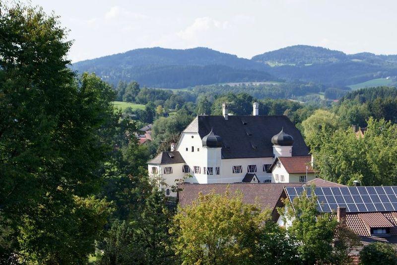 Blick auf Schloss Haggn in Neukirchen in der Urlaubsregion St. Englmar