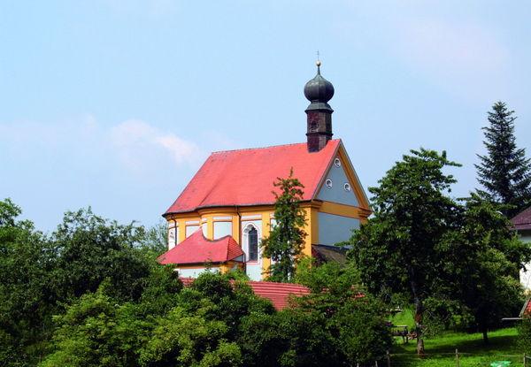 Blick auf die Wallfahrtskirche Pürgl bei Neukirchen in der Urlaubsregion St. Englmar