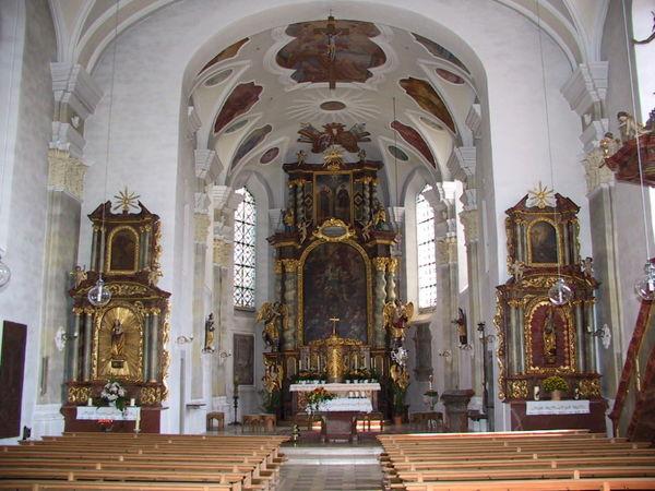 Blick auf die Altäre in der Pfarrkirche in Neukirchen vorm Wald
