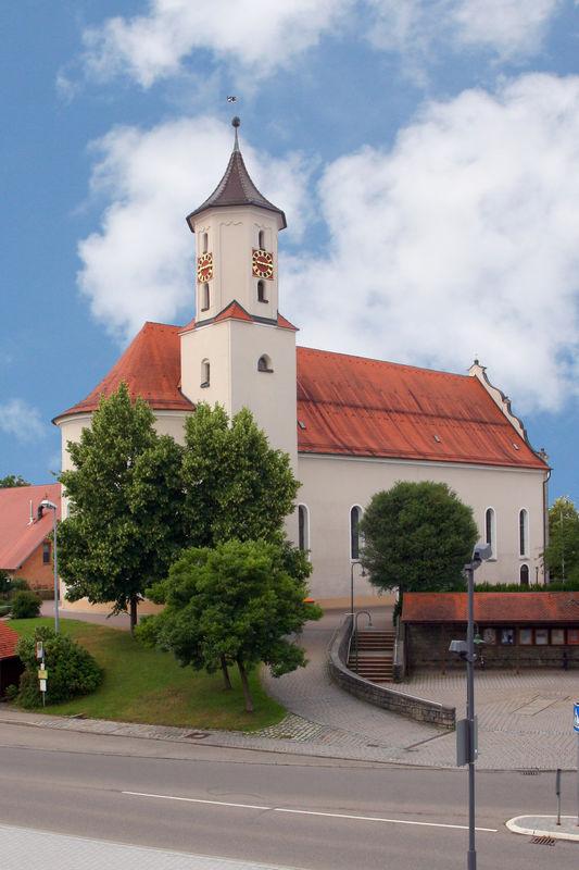 Außenansicht der Pfarrkirche St. Benedikt in Neuler