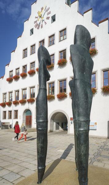 Das Rathaus in Neumarkt mit der Kunst von Lothar Fischer im Vordergrund