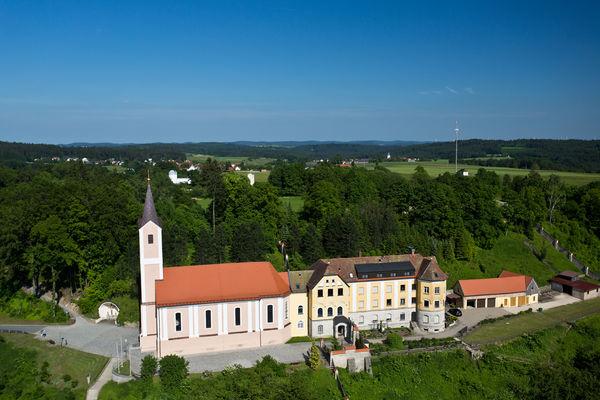Der Komplex der Wallfahrtskirche Maria Hilf mit Kloster