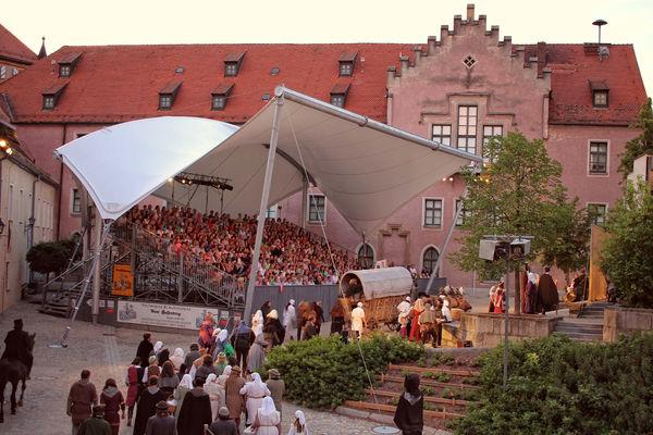 """Die Festspiele """"Vom Hussenkrieg"""" werden seit 1983 im Burghof des Pfalzgrafenschlosses in Neunburg v. Wald auf die Bühne gebracht."""