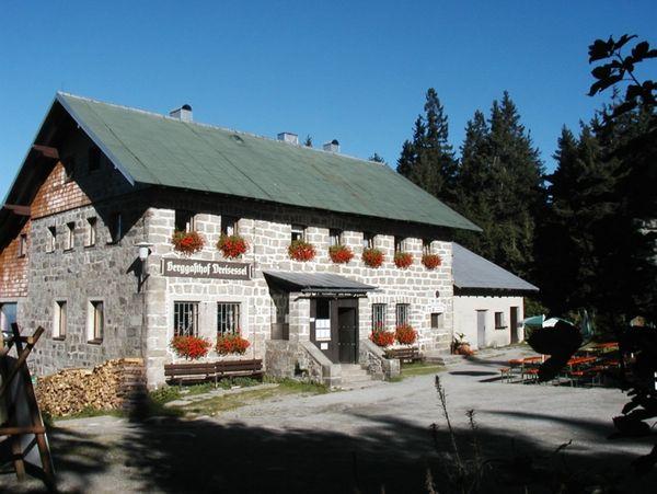 Der Berggasthof Dreisessel beim Dreisesselfelsen im Dreiländereck Bayerischer Wald