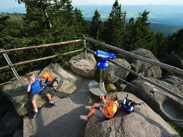 Kinder auf dem Dreisessel bei Neureichenau im Dreiländereck Bayerischer Wald