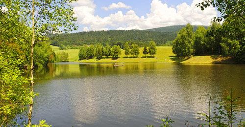 Blick auf den Stausee Riedelsbach bei Neureichenau im Bayerischen Wald