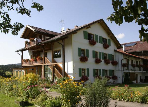 Blick auf den Traumhof Strickerhof bei Neureichenau