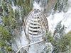 Blick aus der Luft auf den winterlichen Turm des Baumwipfelpfads Bayerischer Wald