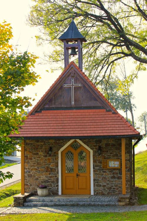 Blick auf die Kapelle JOHANNES DER TÄUFER in Grünbach