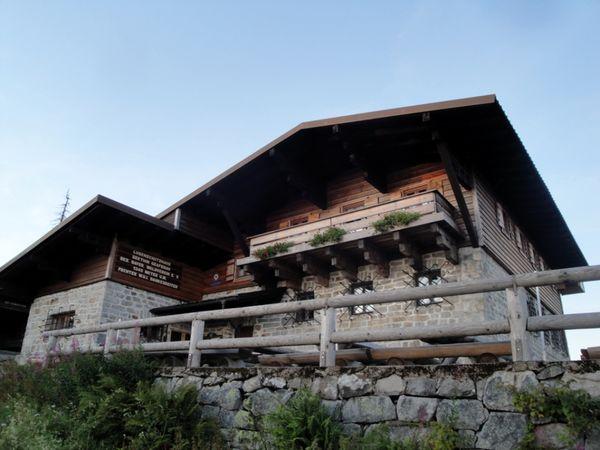 Blick auf das Lusenschutzhaus unterhalb des Lusengipfels im Nationalpark Bayerischer Wald