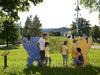 Familie bei Skulpturen im Kinderlandort Neuschönau im Nationalpark Bayerischer Wald