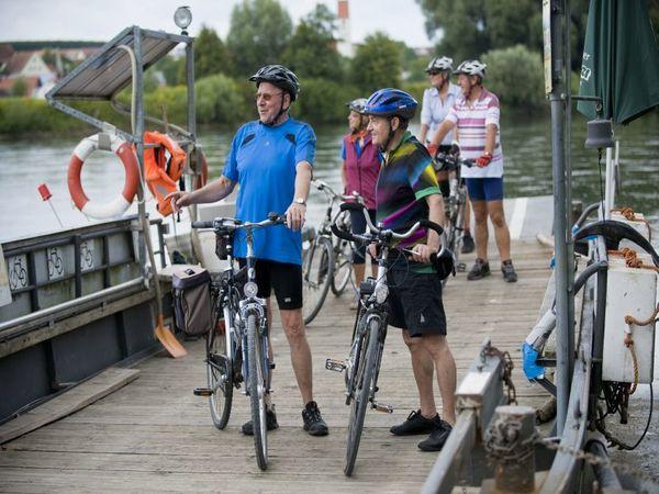 Radfahrer auf der Fähre Eining-Hienheim