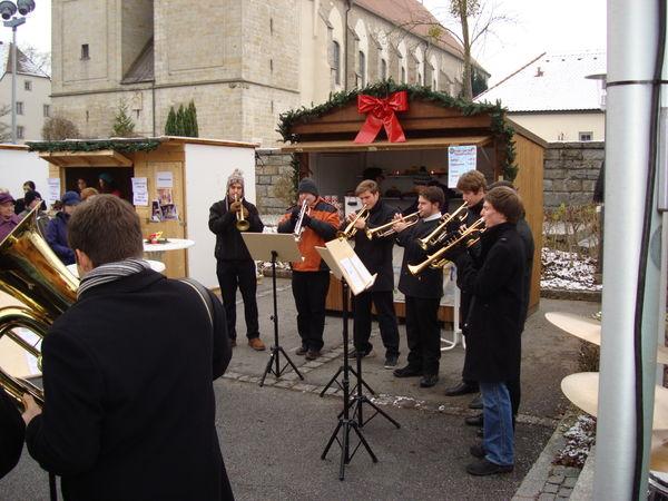 Blasmusikkapelle beim Adventsmarkt in Niederalteich
